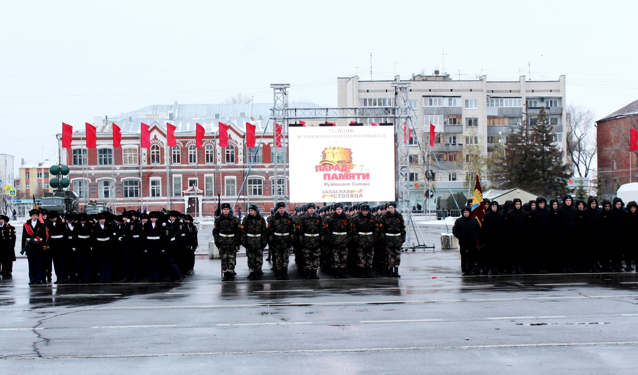 Наплощади Куйбышева вСамаре 7ноября реконструируют парад 1941г